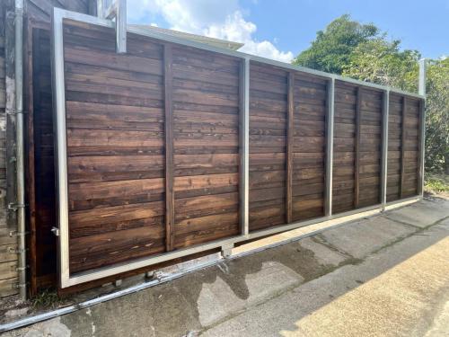 city-fence-gates-custom-wooden-large-gate-service-img1
